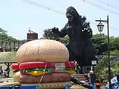 ハンバーガーに襲いかかるゴジラ(マウスオンで、ラベンダー)
